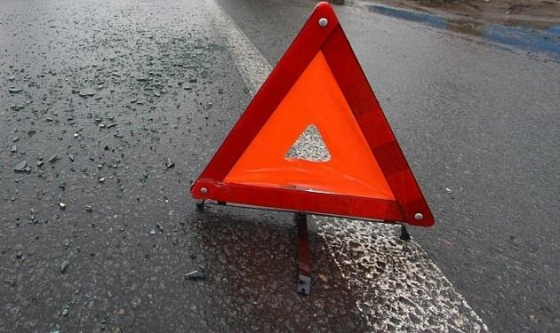 Грузовой автомобиль насмерть сбил пешехода наночной дороге под Новосибирском