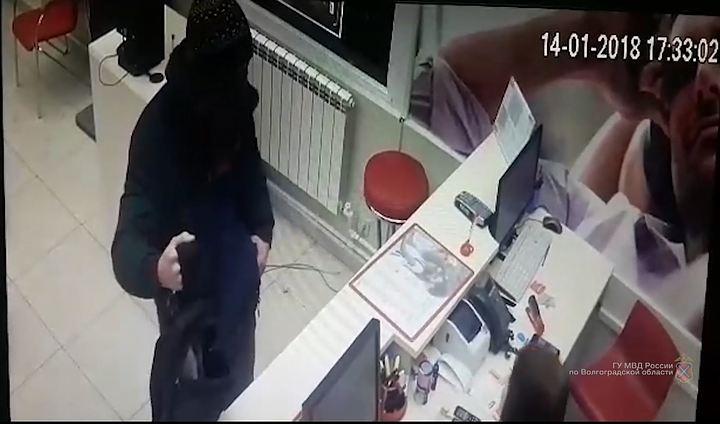Закрыв лицо шарфом иугрожая пистолетом, неизвестный похитил вВолгограде 4 iPhone