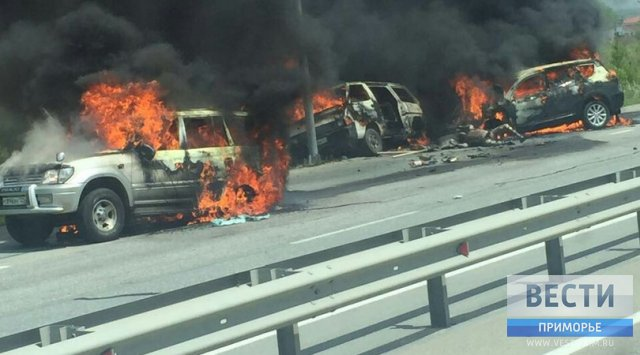 Три машины сгорели воВладивостоке после ДТП