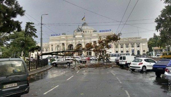 Назаполненную отдыхающими Одессу обрушились дождь, шторм и циклон. есть жертвы