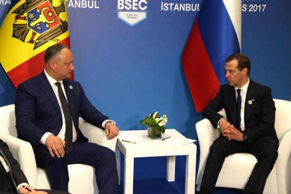 Юнус-Бек Евкуров поздравил Дмитрия Медведева сднем рождения