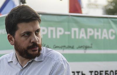 Суд оставил всиле штраф сломавшему микрофон оппозиционеру Волкову