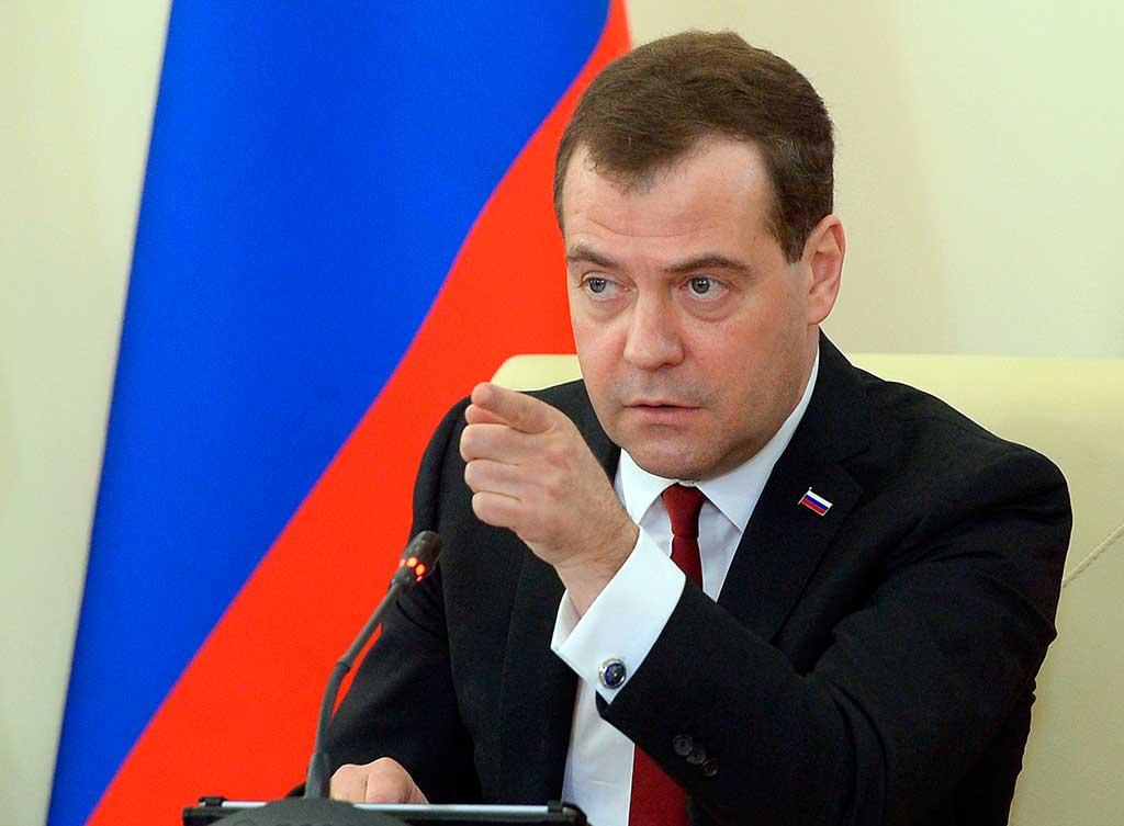 Медведев пригрозил запретить транзит всех видов транспорта с Украины