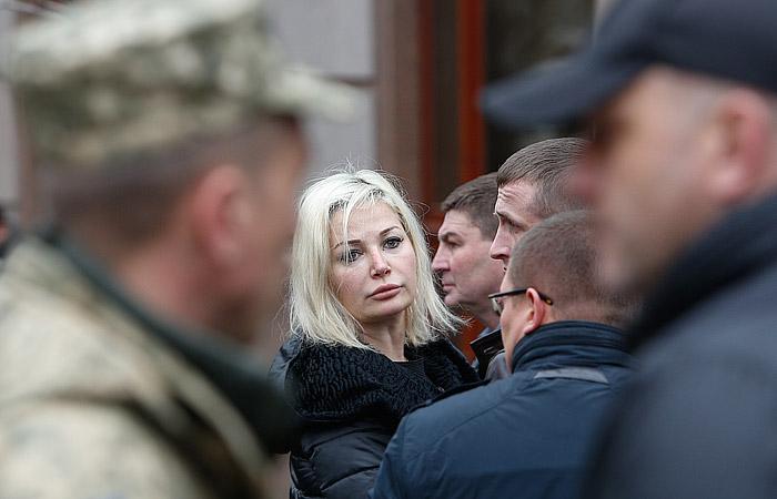 Блондинка дала при муже фото 460-251