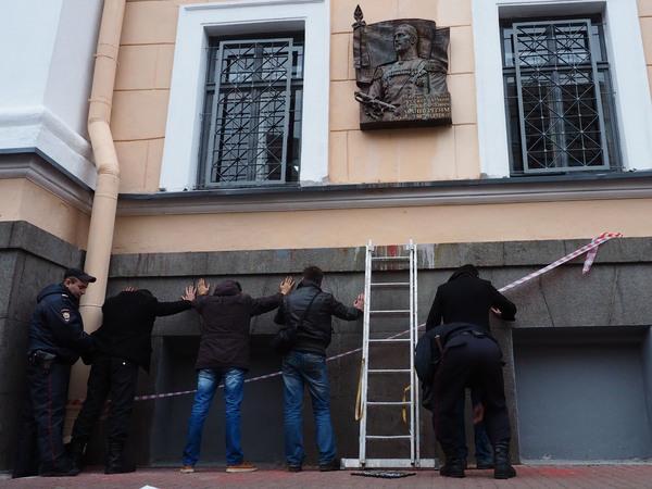 Рядом сдоской Маннергейму попытались установить табличку супоминанием Полтавченко