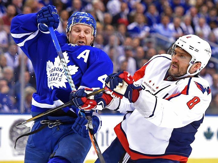 Овечкин ткнул клюшкой между рёбер игрока «Торонто», отомстив засиловой приём