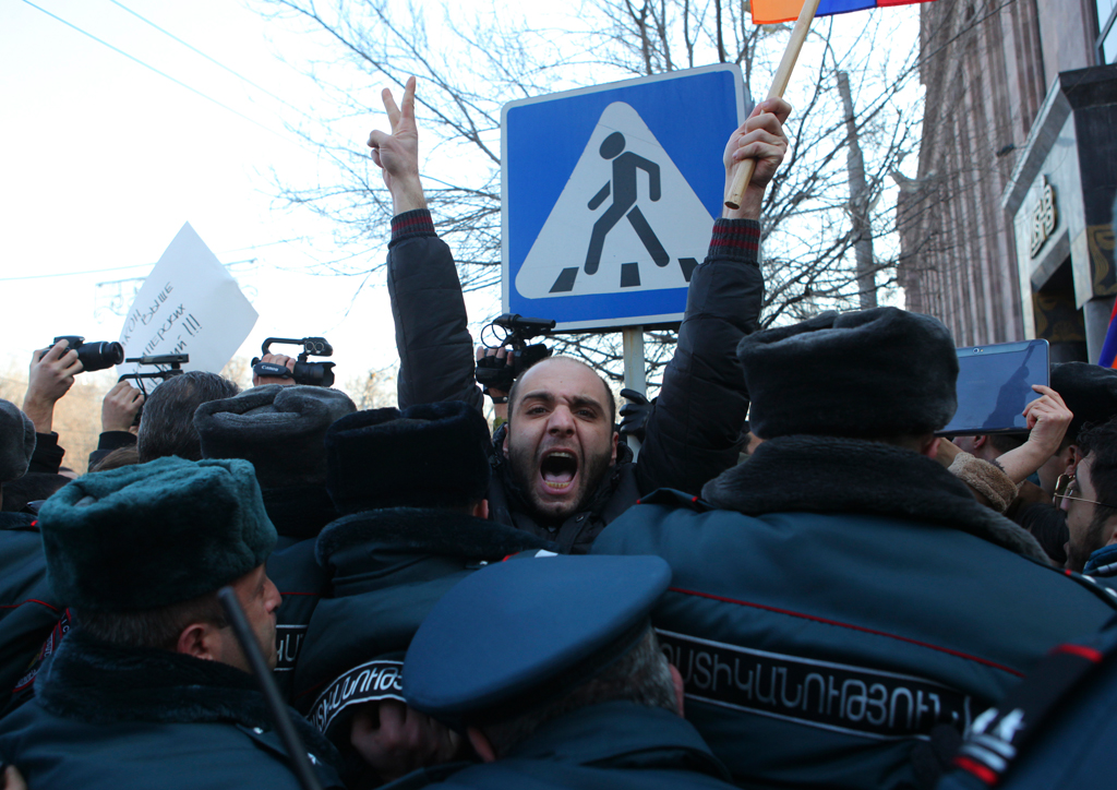 Yerevanda Rusiya səfirliyi yumurta atəşinə tutuldu