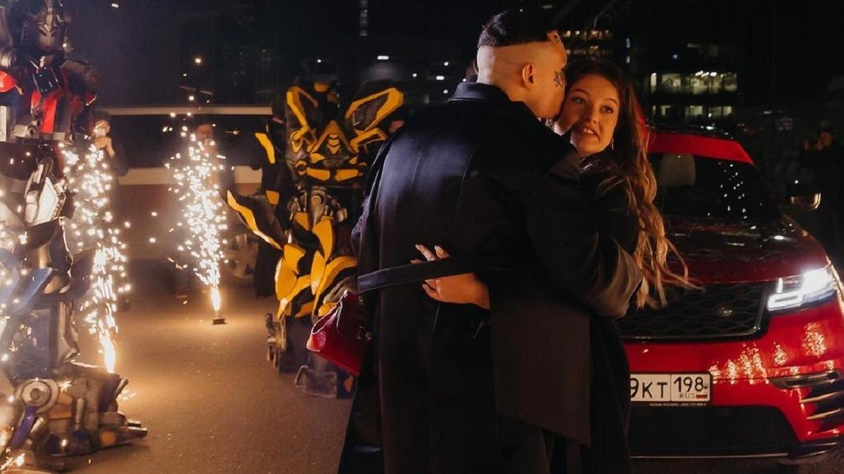 Чемодан денег и красный Range Rover подарил Моргенштерн своей девушке на  21-летие - Новости Mail.ru