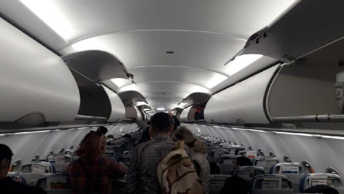 ВАстане отложен рейс из-за замёрзшей двери самолёта