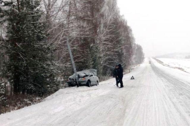 ВБашкирии легковушка врезалась вдорожный знак, три человека пострадали