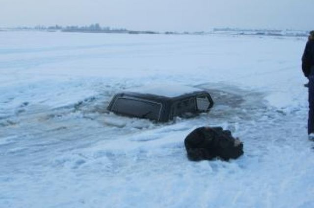 ВКрасноярском крае машина провалилась под лед, три человека утонули