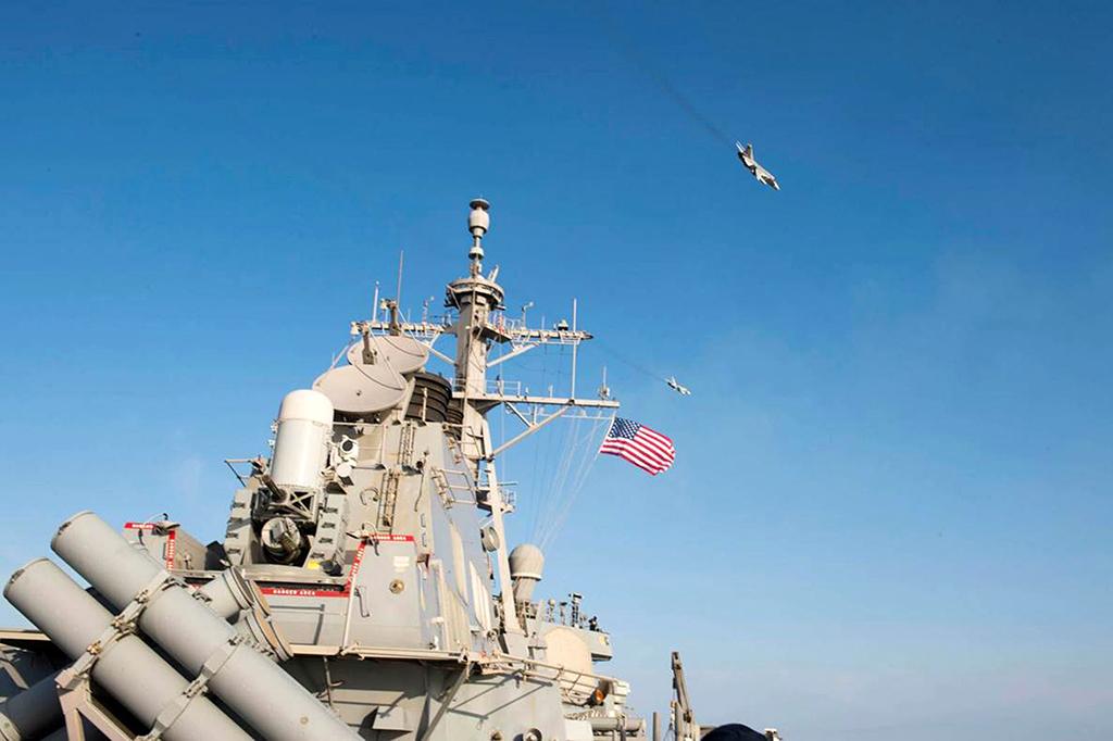 Западные СМИ: корабль ВМС США приблизился к спорным островам близ Китая