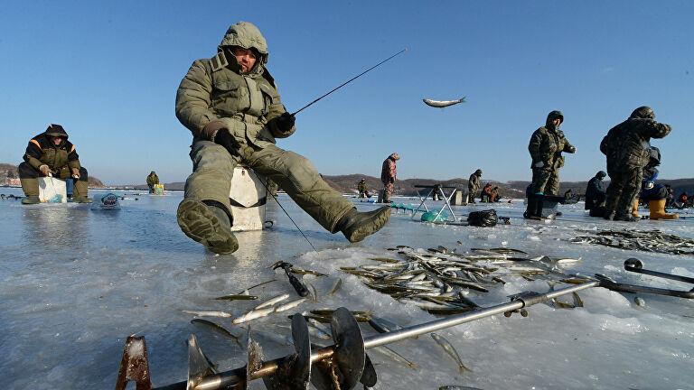 На юге Сахалина оторвало от берега льдину с 300 рыбаками