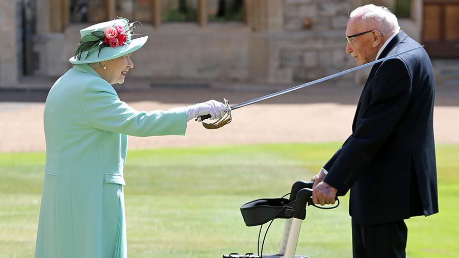 Елизавета II посвятила в рыцари столетнего ветерана за сбор $32 ...