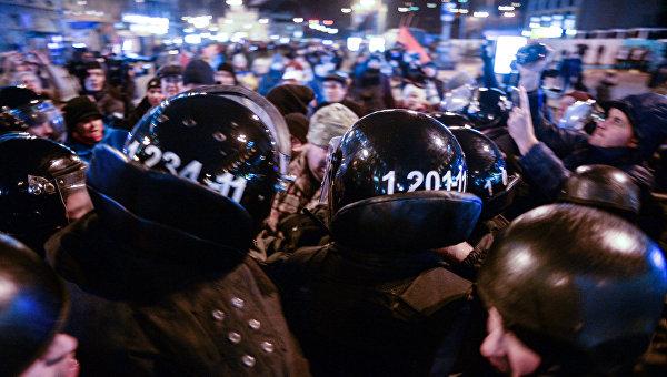 ВСети появилось видео массовых беспорядков уздания «Сбербанка» вКиеве