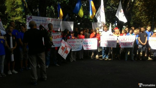 Отказ от мед. персонала вбригадах «скорой»: медсотрудники при помощи «Азова» пикетировали Минздрав