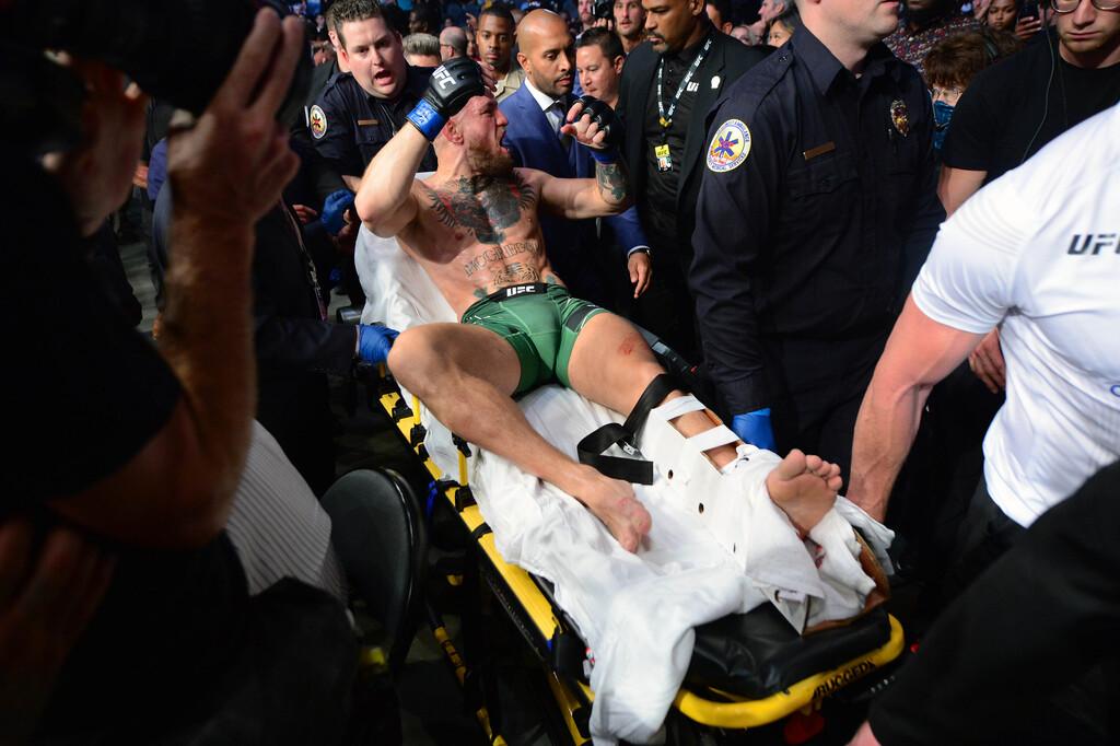 Макгрегор привел доказательства того, что выступал с травмой ноги в бою с Порье. Фото