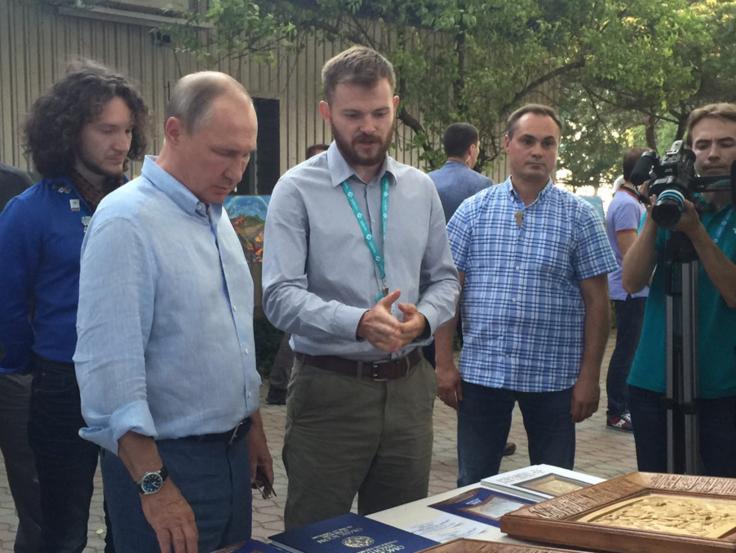 Омич подарил Владимиру Путину икону сизображением знамени Ермака