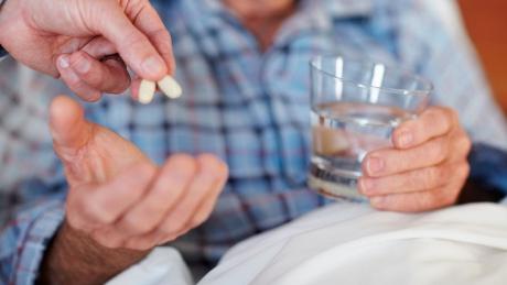 80-летняя старушка усыпляла играбила насвидании престарелых женихов