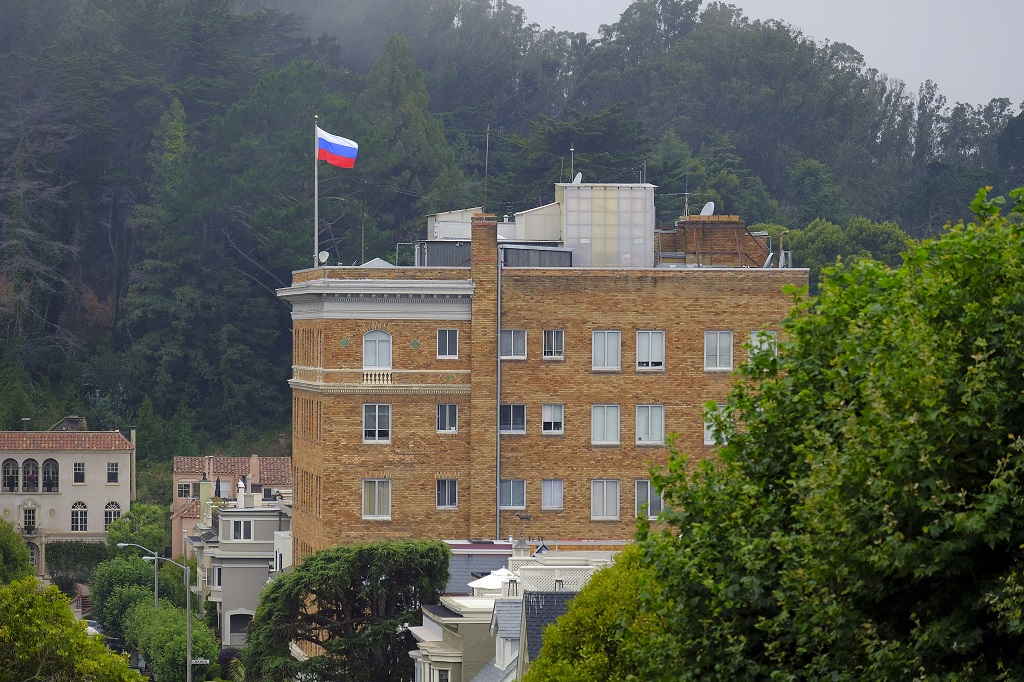 Власти США вернули России снятые со зданий дипмиссии флаги