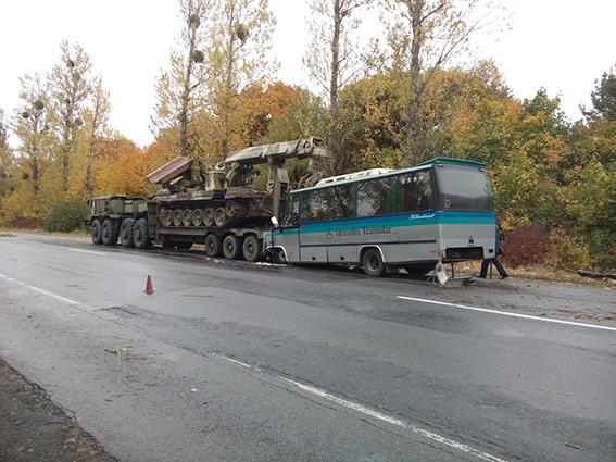 Автобус врезался ввоенный тягач вгосударстве Украина