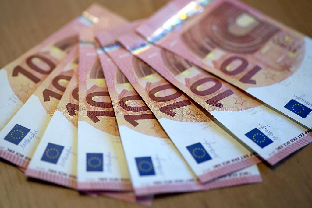 Эксперты советуют казахстанцам не держать наличность в евро