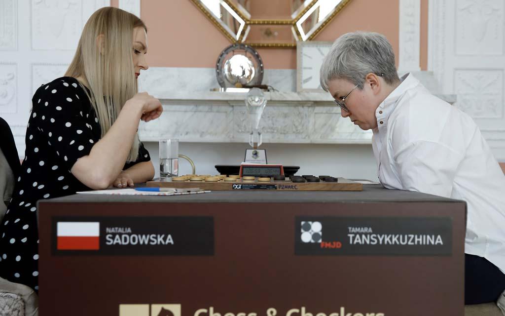 Чемпионке мира Тансыккужиной по возвращении в Москву подарили сувенирный набор шашек