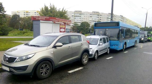 ВМинске автобус без водителя врезался вприпаркованные машины