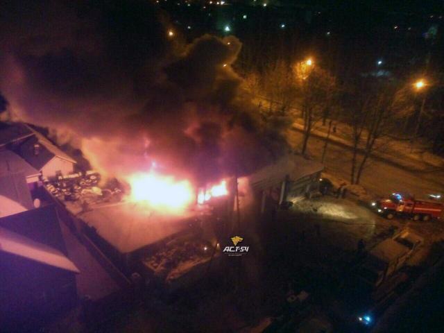 ВОктябрьском районе Новосибирска сгорело строение автосервиса