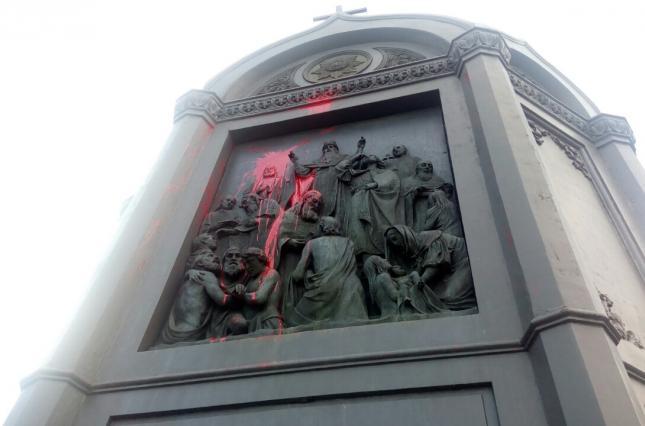 ВКиеве облили краской монумент правителю Владимиру