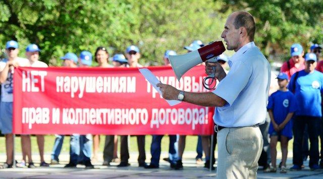 ВоВладивостоке протестуют сотни докеров морского торгового порта