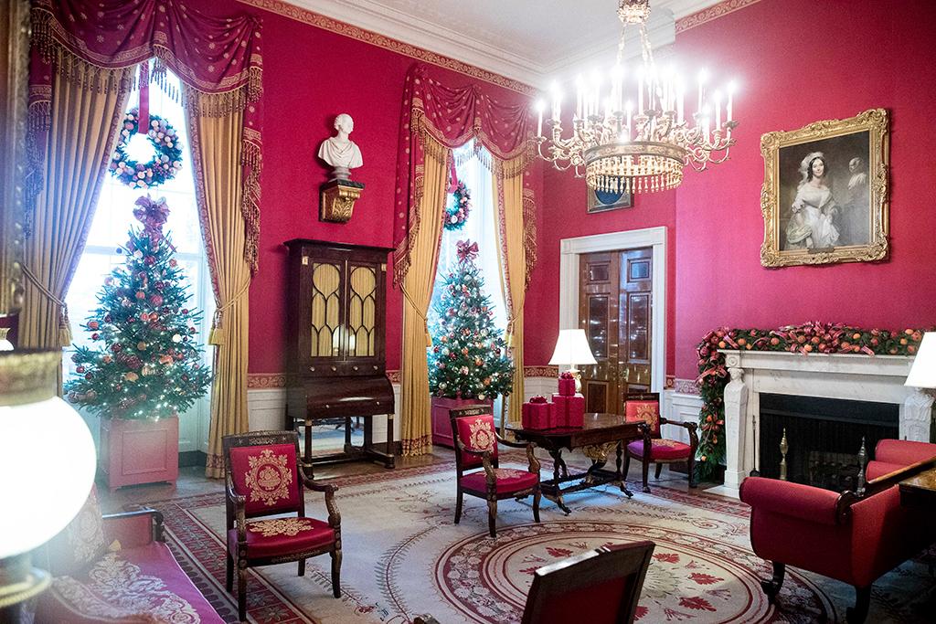 """Так """"Красная комната"""" Белого дома выглядела в рождественском убранстве в 2016 году"""