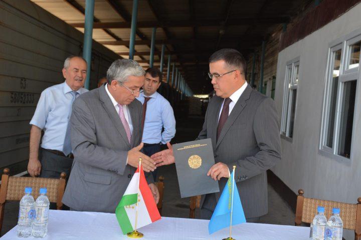 Русские военнослужащие доставили 11 тыс. учебников вРеспублику Таджикистан