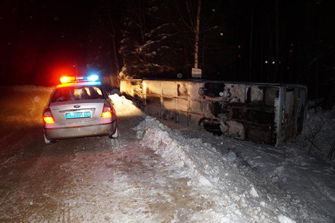 ВКоми автобус спассажирами опрокинулся вкювет, есть пострадавшие