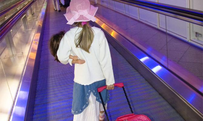 Кабмин ужесточил правила выезда изУкраины детей до16 лет
