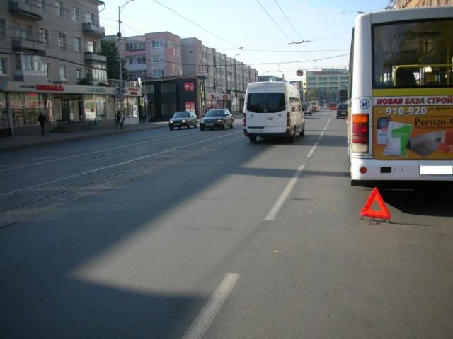 НаМосковском проспекте вКалининграде столкнулись автобус илегковушка: трое пострадавших