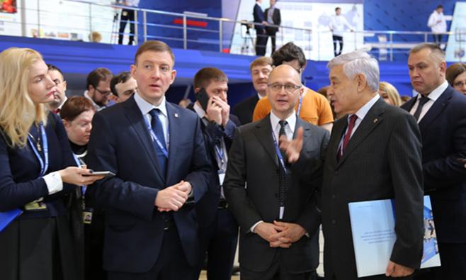 Кириенко прибыл насъездЕР. Работу начал спросмотра выставки
