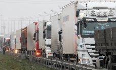 Дальнобойщики в Петербурге заблокировали выезды на платную дорогу