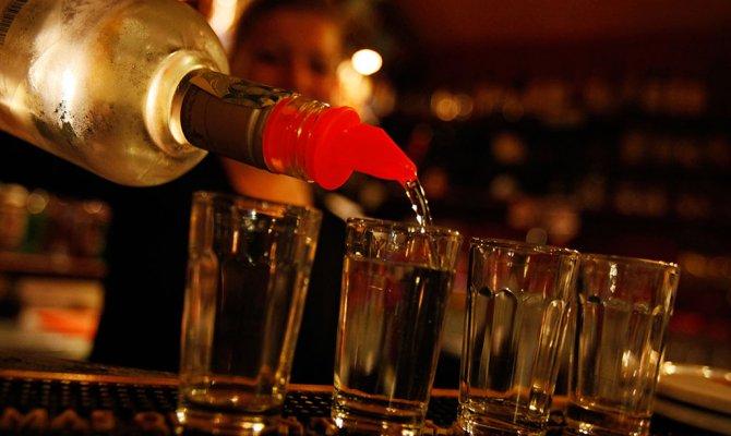 «Пьют положенную по статусу водку». В кризис россияне отказываются от дорогого алкоголя