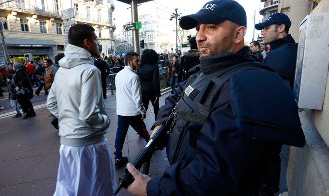 В Париже полиция застрелила мужчину с ножом при попытке напасть.