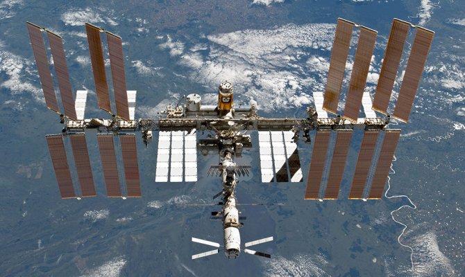 космической станцией (МКС)