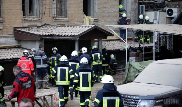 Из-под завалов обвалившегося вКиеве дома достали 2 человек