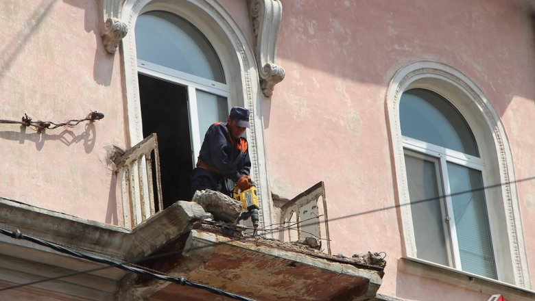 В Николаеве балкон третьего этажа рухнул на пешеходную дорожку