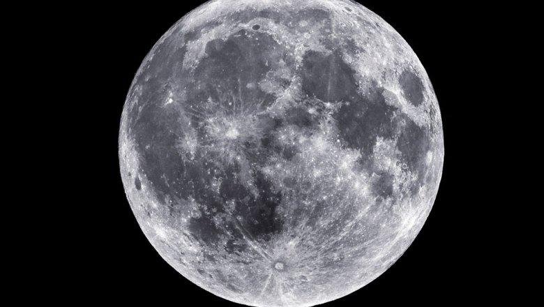 На темной стороне Луны обнаружены молодые кратеры