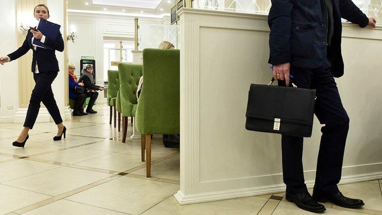 Деньги от санкций граждане прятали дома