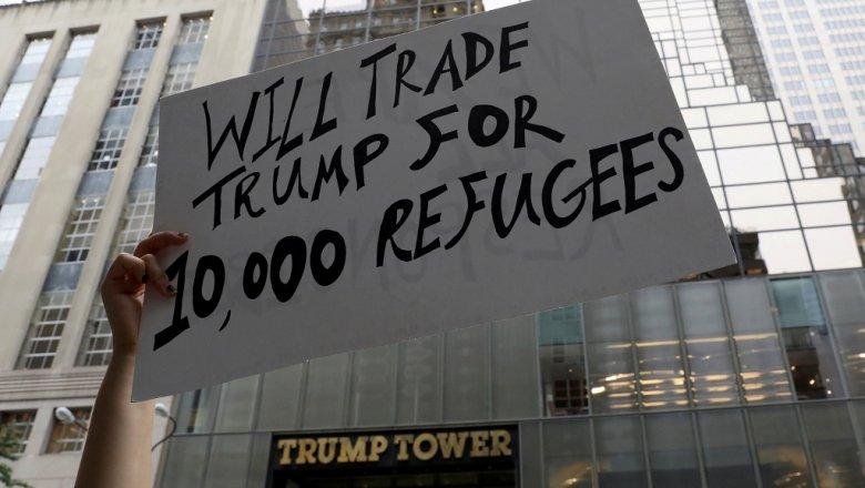 Активисты устроили акцию протеста около Trump Tower вНью-Йорке