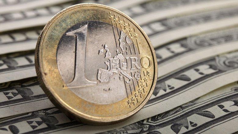 Официальный курс евро упал сразу надва рубля