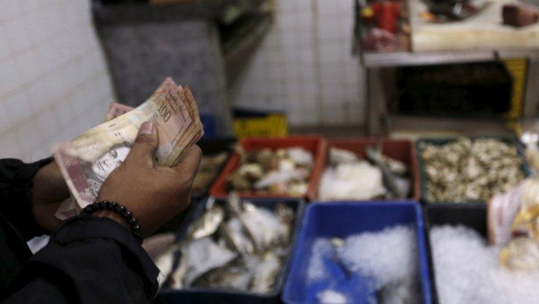 Ввенесуэльских магазинах начали взвешивать валюту— Деньги наразвес