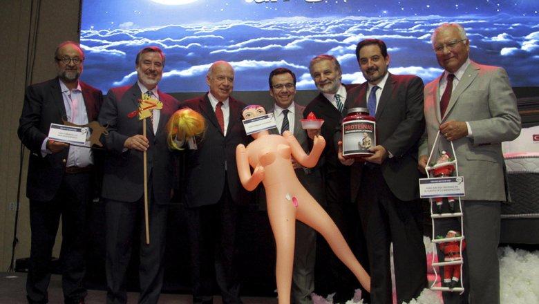 Москва. 15 декабря. INTERFAX.RU — Ассоциация производителей и экспортеров услуг Чили (Asexma) сделала шутливый подарок чилийскому министру экономики Луису Фелипе Сеспедесу — секс-куклу,что привело к политическому скандалу, сообщают в четверг западные СМИ.