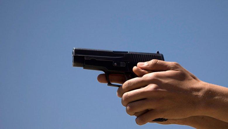 ВТольятти неизвестный вчерном плаще имаске застрелил совершавшего пробежку мужчину